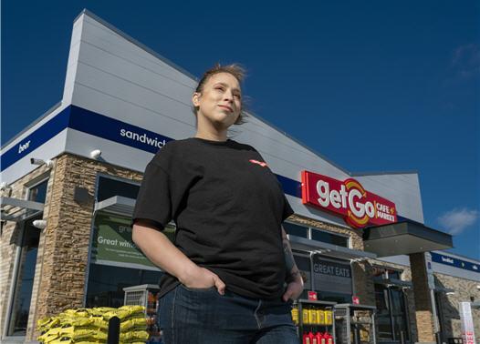 Getgo穿着制服的女员工的户外照片