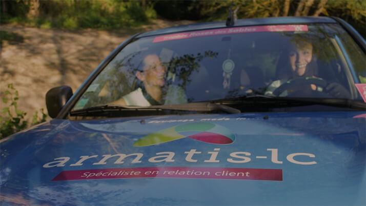 Deux femmes au volant d'une voiture