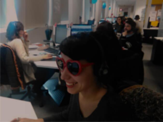 Femme avec des lunettes de soleil à l'ordinateur