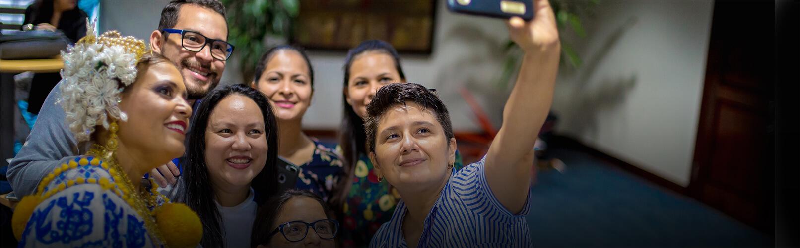 Grupo de empleados tomando selfie