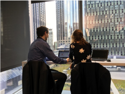 photo de deux collègues dans un bureau