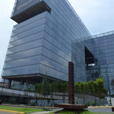 diagonal profile view of the modern, glass-walled professional complex where Laureate regional in Mexico City is located