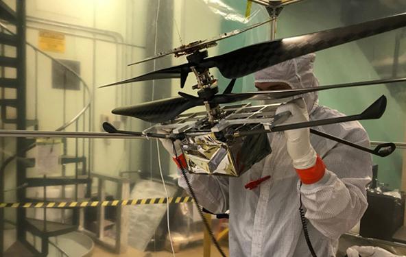 团队在火星直升机上工作