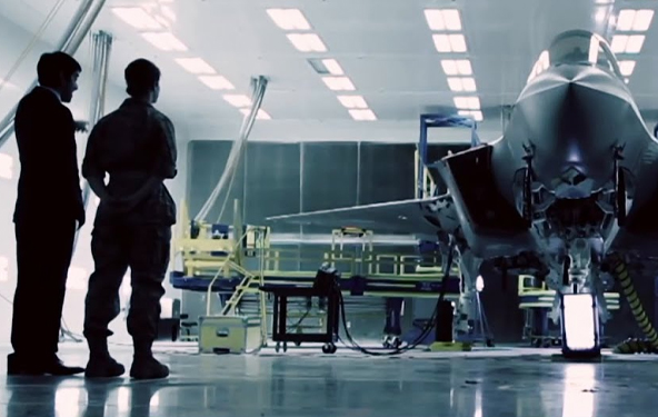 团队检查飞机